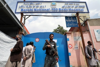 Afghan forces guard Dashti Barchi maternity clinic in the aftermath of the attack