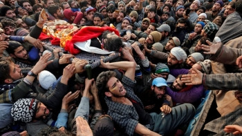 The body of a dead fighter carried by Kashmiris in a protest