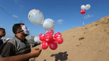 Palestinians in the Gaza strip fly incendiary balloons towards Israel, June 4, 2018