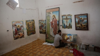 Solomon painting in Tripoli during the pandemic