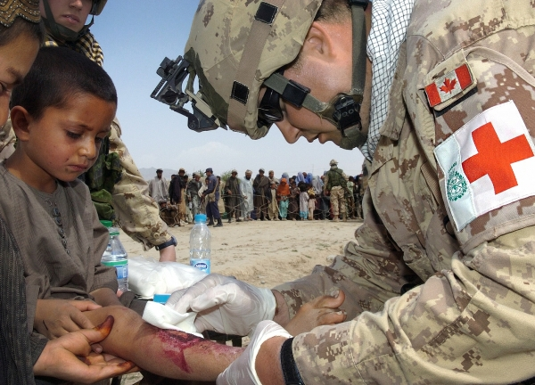 Canadian soldier cures an Afghani wounded boy