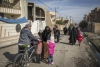 Families fleeing Al-Thaqafa, neighbourhood of Mosul