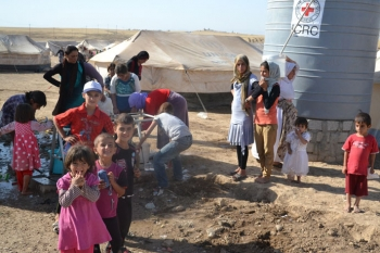 A clean water supply container is set up by the International Committee of the Red Cross in Iraq