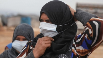 Women with medical masks in camps in Syrian Idlib.
