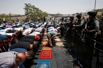 Palestinians praying outside al-Aqsa compound gates, in front of the Israeli policemen forbidding the entry.