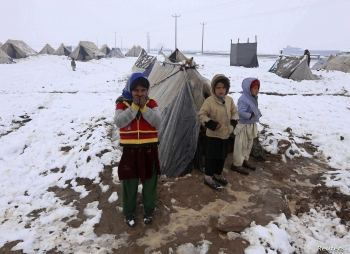 Displaced afghans trying to fight off the cold