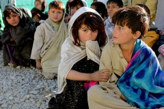 Bambini afghani in attesa di cibo, Camp Clark, Khowst province, Afghanistan